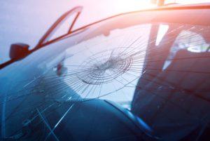 自動車のフロントガラスが割れた時に保険は使えるの?