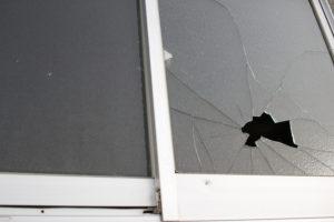 住宅の窓ガラスが割れやすい時期やその原因とは?割れる修理対策方法