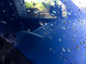 車のフロントガラスが割れても鋭利にならない理由